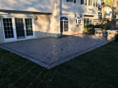 Richcliff paver patio with Courtstone border by Unilock